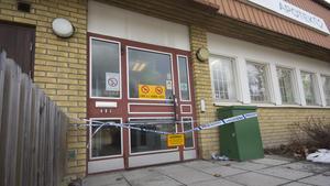 Polisen spärrade av apoteket efter rånet. En teknisk utredning kommer att göras på brottsplatsen.
