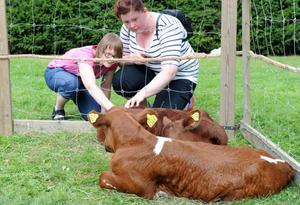 Malin och Erika Larsson föll pladask för mjölkraskalvarna, bara tio dagar gamla.