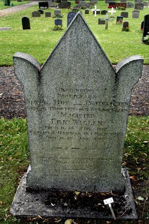 """Lång titel. """"Kungens trotjänare-Kungl Hovpredikaten Contraktprost o kyrkoherde Magister Eric Wallen"""", som avled 1843."""