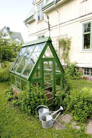 snillrikt. Ett hopfällbart växthus som traditionsenligt sätts upp på långfredagen varje år.