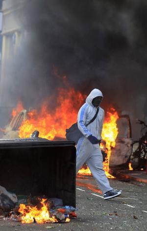 Förstörelse. Kravallerna som började i London och inbegriper plundringståg och anläggning av bränder har spridit sig till flera brittiska städer. foto: Scanpix