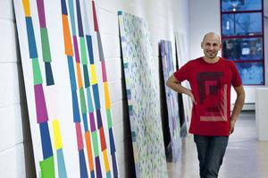Former och färger kommer igen i de tjugotal verk som Niklas Mulari visar i Rättviks kulturhus.