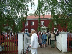 Mårtesgården fick sin övervåning 1832 och gick därmed från att vara ett litet hus till en stor gård. De sista som brukade gården var Per och Lisa Mårtes fram till 1918 sedan övertog hembygdsföreningen. 1921 rullades gården över vägen till sin nuvarande plats. Midsommarafton är numera en välbesökt dag.