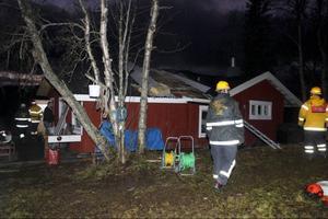 Trots att tankbilarna inte kunde ta sig fram till det eldhärjade huset gick släckningsarbetet bra. Räddningstjänsten kunde använda sina mindre bilar och pumpa upp vatten från tjärnen.