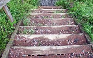 Efter de rejäla skyfallen i våras har asfalten och gruset släppt under trappen och spolats upp på trappstegen. Något som ännu inte tagits bort.FOTO: ANGELICA LINDVALL