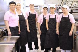 Anna-Lena Jonsson, Marianne Senocak, Maria Johansson, Kristina Andersson, Katrin Brandt och Ingela Eriksson heter en del av gänget som jobbar i det toppmoderna köket i Sunnangården. Bra rutiner, framförhållning och bra samarbete är några faktorer som får arbetet att flyta i ett storkök.