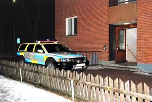 Anmälde sig själv. En man ringde till polisen och berättade att han misshandlat en person i sin lägenhet på torsdagskvällen. FOTO: PATRIK PERSSON.