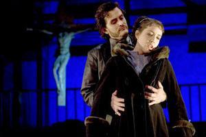 Ingeborg (Mariann Fjeld) lämnar sin dominanta mor för att följa med den lika dominanta pastorn (Jon Nilsson) i