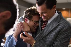 Leonardo DiCaprio och Jonah Hill som ett uppdaterat och extremt dekadent Helan och Halvan-team.