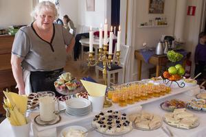 Monica Johansson bakar och lagar allt på buffén som dukas fram på söndagarna.