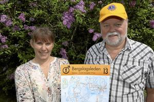 Hjälper. Monica Jomfjäll och Kjell Edlund hjälps åt att samla in pengar till två olika hjälpprojekt.