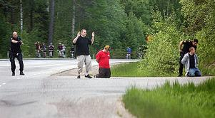 Polisen misstänkte att Dennis Husell, Robin Andersson och Daniel Wikström låg bakom rånet på Hälla och tvingade dem ned på knä. Men trion var oskyldiga.