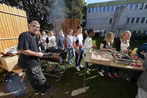 Peter Günther grillar hamburgare till eleverna.