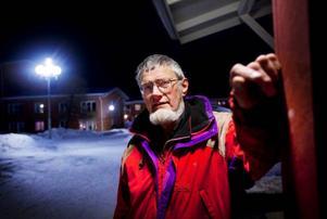 """Att använda lågenergilampor innebär stora vinster för kommunen, förklarar Torsten Larsson som vigt sitt liv åt att upplysa om fördelarna med lampbytet. """"Varje dag som går förlorar de pengar. Jag förstår inte deras resonemang, varför försena ett projekt som ger en förtjänst"""", säger han. Foto: Håkan Luthman"""