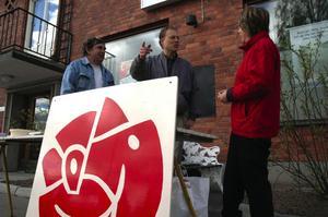 S. Kommunalrådet Abbe Ronsten, s, samlade sina styrkor utanför banken.