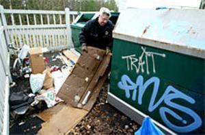 Rolf Gyllenskepp från Gästrike Återvinning får ta hand om alla sopor som privatpersoner slänger omkring sig vid återvinningsstationerna. Foto: ANNAKARIN BJÖRNSTRÖM