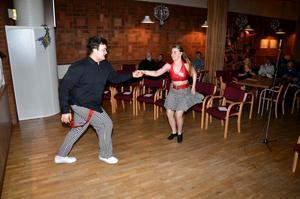 Dans i Grottan. Dansare från Lenas dansstudio uppträder.