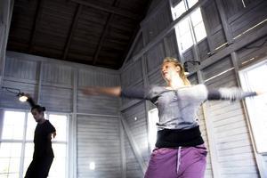Peter Hjelm och Ester Hedlund, pluggar på balettakademin i Göteborg. I helgen tolkar de Hälsingland i dans.