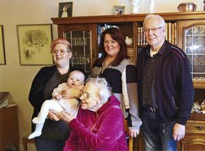 Det skiljer nästan 97 år mellan familjens äldsta, Solveig Melin, och lilla Linnea, fyra månader. Från vänster Rebecca som håller i lilla Linnea, Lenita, Sonny, och längst fram Solveig Melin.
