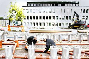 En vattenspegel och ett vattenspel, liknande det som finns på Stortorget i Gävle kommer att roa barnen på Drottningtorget.
