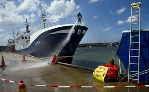 Bild från en Greenpeace-aktion 2008 då organisationen hindrade ett fiskefartyg från att lämna hamnen i Fiskebäck. Greenpeace ansåg att fartyget hade fiskat olagligt i Västsahara