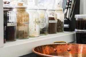 Kryddor av olika slag finns nära till hands.
