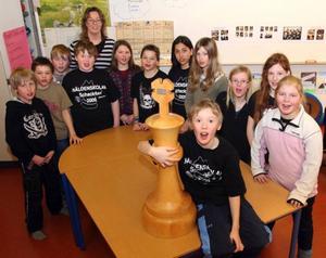 Näldenskolan har länets bästa fjärdeklass i schack. Victor Enarsson, som gått obesegrad genom Schackfyran, visar stolt upp vandringspriset.