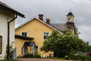 Det gula huset, som är en herrgård från 1700-talet, är Hedemora Golfklubbs klubbhus där även kansliet numera ligger.