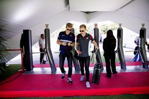 Marcus Ericsson och Kevin Magnussen i avspänt samspråk på väg in till depån i Barcelona. Incidenten i premiären är överspelad och i helgen avgörs säsongens sjätte GP i Monaco.