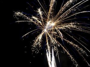 Raketerna lyste upp kvällshimlen ovanför Timrå industriområde.