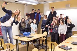 ger tips till unga. Anna Leima från Swedbank tar en selfie med klassen på Tranellska gymnasiet efter föreläsningen om privatekonomi för att lära unga att tidigt sköta sin ekonomi och undvika att hamna i trubbel senare i livet.Foto: Daniel Guerra