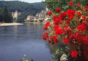 Dordognefloden slingrar sig fram mellan måleriska byar.