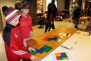 Tim Mattsson och Emil Eriksson i årskurs 6 på Ludvigsbergsskolan i Gävle försöker att lösa ett av spelen i matte som fanns på Barnkonventionens dag i Gavlerinken.