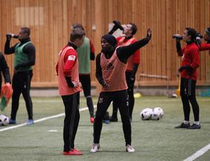 Johan Bertilsson blir instruerad av Fouad Bachirou under ett av säsongens första träningspass.