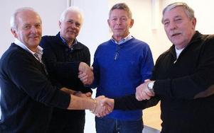 Börje Tjärnberg, Bengt Evestedt, Leif Näs och Tommy Ek är överens om affären och lättade över att golfbanan räddats. Foto:Birgit Nilses Gröndahl