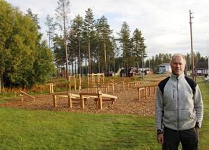 Börje Öberg vid det nyligen färdigaställda utgymmet på Bergeforsens IP.