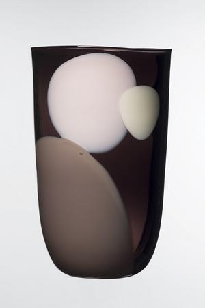 Glasformgivaren Gunnel Sahlin ställde nyligen ut en serie vaser på Konsthantverkarna i Stockholm.