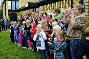 Körsången symboliserar väl syftet med trivselveckan, att umgås och ha roligt tillsammans. Foto:Claes Söderberg