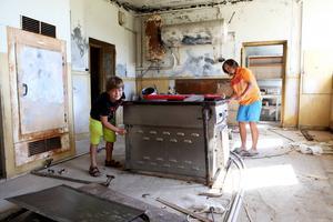 Albin, 13 år och Alexander, 8 år hjälper till att renovera.