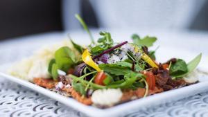 Ecocaféets rawpizza med soltorkade tomater och cashewdressing.