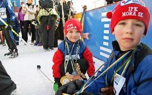 Bröderna Oscar och Gustav Glad, fem och sju år, åker ganska mycket skidor. Gustav kom före lillebror i mål.