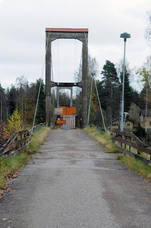 Det var efter att kommunkontoret upptäckt att bron till Grönalid skulle ha åtgärdats för flera år sedan som den stängdes av för all trafik.