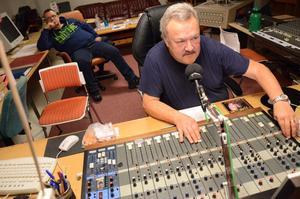 Närradiosändningar från Hällefors. Kenny Johansson vid kontrollbordet. Lokalradions söndagssändningar är igång. Bakom i bild Kari Latvala.