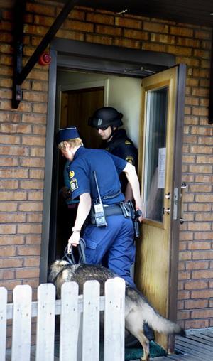 Polisen genomsökte byggnaden sedan mannen gripits.