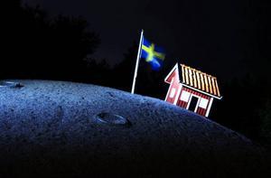 En svensk flagga, en stuga och månen. Snart står hela det svenska politiska etablissemanget bakom projektet. pRESSBILD