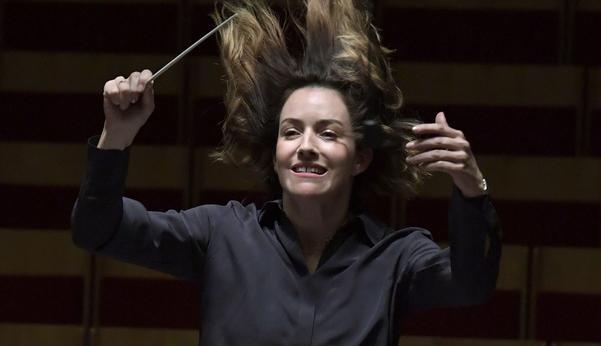 Alondra de la Parra, ung efterfrågad mexikansk dirigent, känd för sin uttrycksfulla stil, är i Berwaldhallen för att dirigera Radiosymfonikerna i helgen.