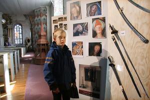 En av de yngre kyrkobesökarna var Jakob Pålsson, Ljusdal, som tittade på kyrkans utställning av bilder och föremål.