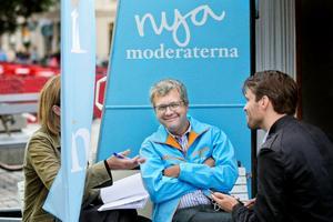 Möte på torget. Vid lunchtid fick NA en snabb intervju med Kent Persson, Moderaternas partisekreterare. Till vänster skymtar reportern Christina Eriksson, i mitten syns Kent Persson och till höger Moderaternas pressekreterare Henrik Sjöström.