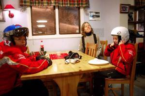 Patrik Eriksson och Isak Stener fikade i värme-stugan emellan skidturerna. Cecilia Stener är ordförande i Svegs Alpina.