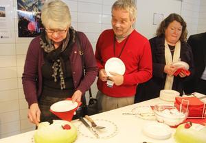 Vid invigningen av Region Jämtland Härjedalen blev det tårtkalas. På bilden ser vi Ann-Marie Johansson (S), regionråd, Carsten Dencker, landstingsöverläkare, och Eva Hellstrand (C), oppositionsråd.